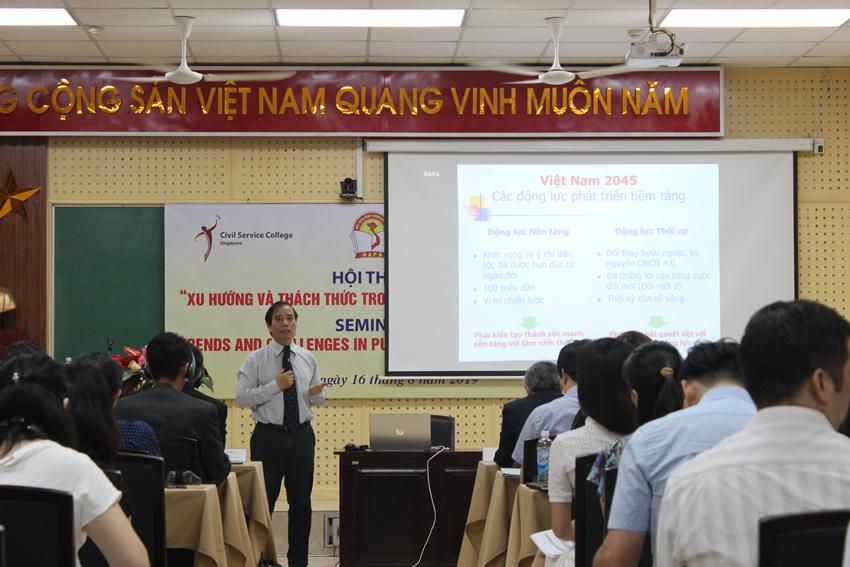 PGS.TS. Vũ Minh Khương, trường Chính sách công Lý Quang Diệu Xinh-ga-po, Thành viên Tổ tư vấn kinh tế của Thủ tướng Việt Nam trình bày tham luận tại Hội thảo trình bày tham luận tại Hội thảo