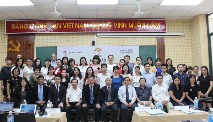 Các đại biểu tham gia Hội thảo chụp ảnh lưu niệm