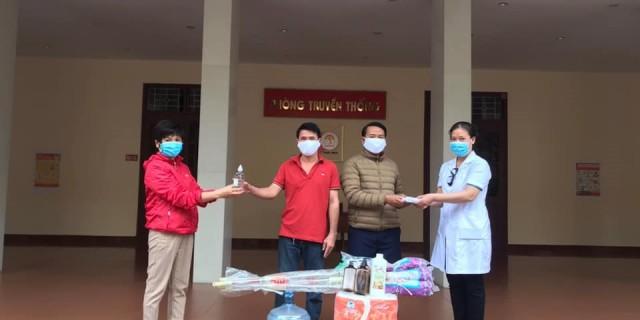 Đại diện Học viện trao tặng lưu học sinh Lào trang thiết bị vệ sinh, y tế và nhu yếu phẩm  phục vụ cho việc phòng chống dịch bệnh COVID 19 và thực hiện cách ly xã hội