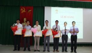 Các học viên đạt thành tích cao trong học tập nhận bằng khen của Giám đốc Học viện Hành chính Quốc gia