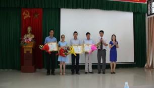 Các học viên đạt loại giỏi được nhận bằng khen của Giám đốc Học viện  Hành chính Quốc gia