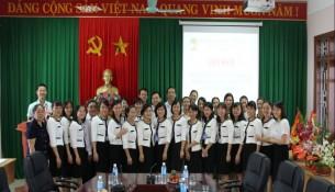 Các đại biểu cùng toàn thể cán bộ, nhân viên nữ chụp ảnh lưu niệm tại buổi Tọa đàm