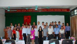 Thành viên Hội đồng chấm luận văn chụp ảnh lưu niệm cùng các học viên