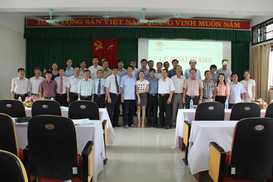 Lãnh đạo tỉnh Thừa Thừa Thiên Huế và cán bộ Cơ sở Học viện Hành chính khu vực miền Trung cùng các học viên chụp ảnh lưu niệm tại buổi lễ
