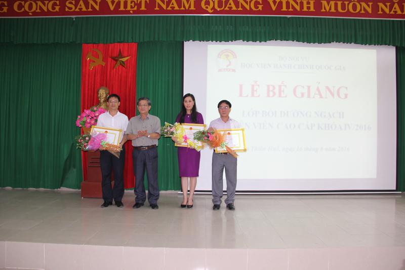 PGS.TS Lưu Kiếm Thanh – Đảng ủy viên, Phó Giám đốc Học viện Hành chính Quốc gia trao bằng khen cho các học viên đạt thành tích cao trong học tập