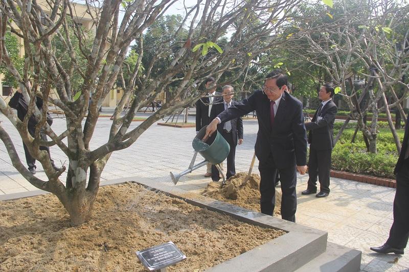 Đồng chí Lê Vĩnh Tân – Ủy viên Trung ương Đảng, Bộ trưởng Bộ Nội trồng cây lưu niệm tại Cơ sở Học viện