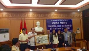 Lãnh đạo UBND thành phố Hội An chụp ảnh lưu niệm cùng Đoàn nghiên cứu thực tế