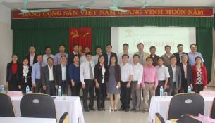 Đại biểu, Lãnh đạo và cán bộ Cơ sở Học viện Hành chính khu vực miền Trung cùng các học viên chụp ảnh lưu niệm
