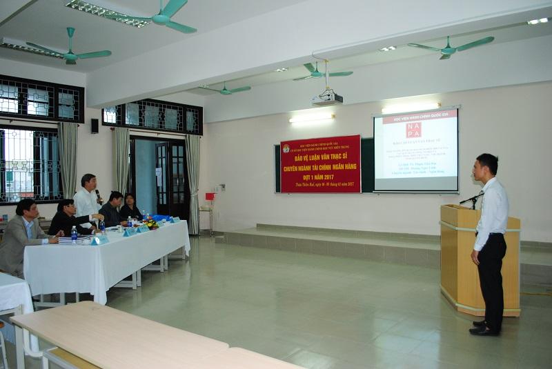 Học viên trình bày Luận văn của mình trước Hội đồng chấm luận văn