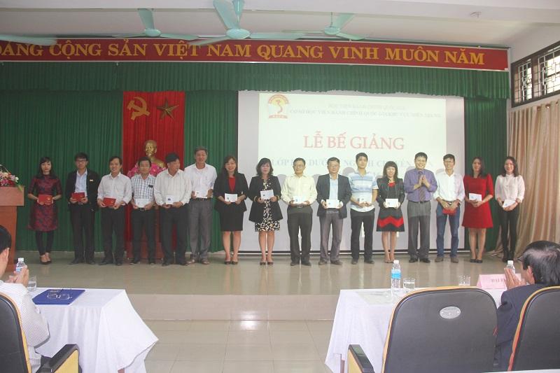 Đồng chí Phùng Văn Vinh – Phó Trưởng ban Thường trực, Ban Tuyên giáo Tỉnh ủy tỉnh Thừa Thiên Huế trao chứng chỉ cho các học viên