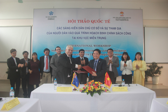 Lãnh đạo hai cơ sở đào tạo chúc mừng về thỏa thuận hợp tác đạt được giữa hai bên