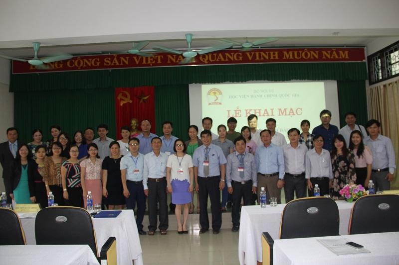 Đại biểu, thành viên Hội đồng tuyển sinh và các thí sinh dự thi chụp ảnh lưu niệm tại buổi lễ khai mạc kỳ thi tuyển sinh tại điểm thi Tp. Huế