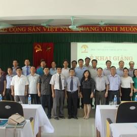 Lãnh đạo tỉnh Thừa Thiên Huế, Lãnh đạo Học viện Hành chính Quốc gia, giảng viên, cán bộ và các học viên chụp ảnh lưu niệm