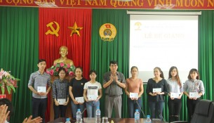 TS.Ngô Văn Trân – Phó Chánh Văn phòng Học viện Hành chính Quốc gia, Thường trực Cơ sở Học viện trao chứng chỉ cho các học viên