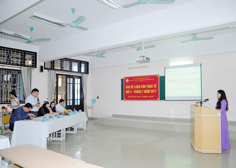Học viên trình bày luận văn trước Hội đồng chấm luận văn