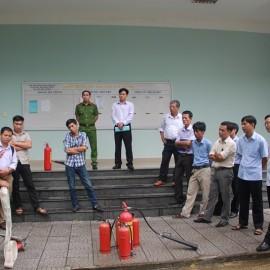 Đ/c Phan Văn Quý hướng dẫn cách vận hành rãi dây, ráp vòi phòng cháy, chữa cháy