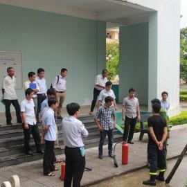 Đ/c Phan Văn Quý hướng dẫn cách sử dụng bình chữa cháy