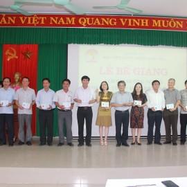 Các học viên nhận chứng chỉ hoàn thành khóa học