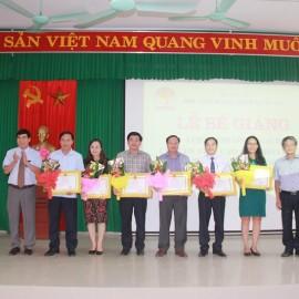 Các học viên giỏi nhận giấy khen của Giám đốc Học viện Hành chính Quốc gia