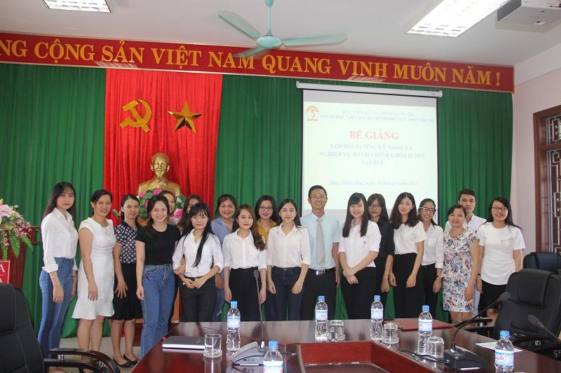 Cán bộ Cơ sở Học viện và các học viên chụp ảnh lưu niệm