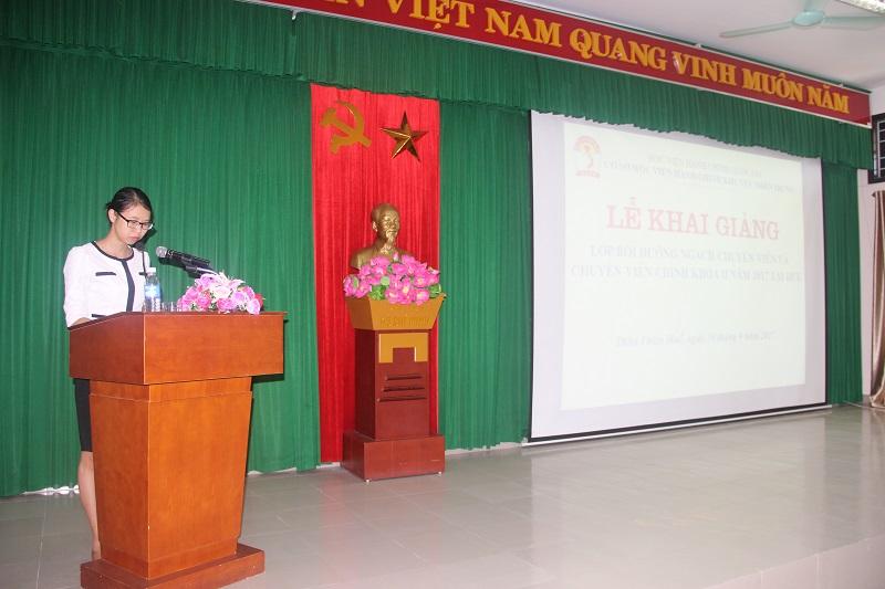 ThS.Mai Thị Phương Dung - Phụ trách phòng Bồi dưỡng cán bộ, công chức, viên chức Cơ sở Học viện công bố các quyết định mở lớp