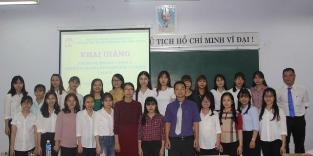 Đại biểu, cán bộ, giảng viên Cơ sở Học viện cùng các học viên chụp ảnh lưu niệm