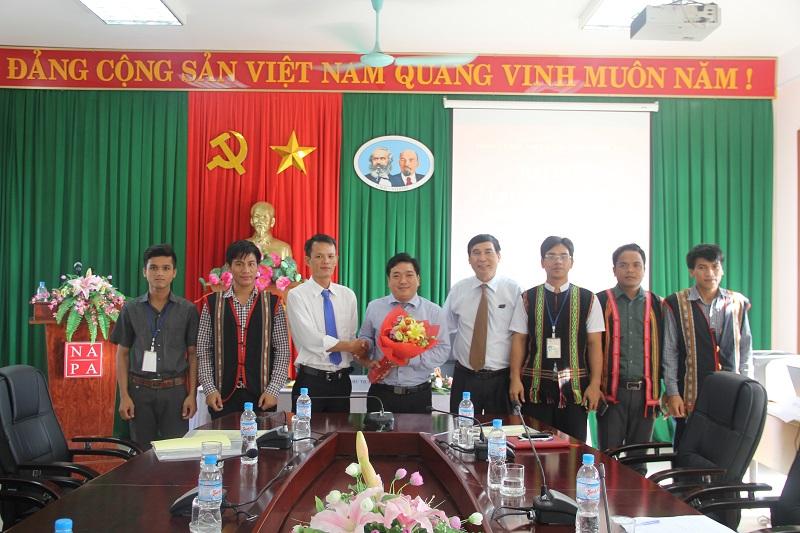 Lãnh đạo Cơ sở Học viện và toàn thể đảng viên Chi bộ Sinh viên 4 chụp ảnh lưu niệm