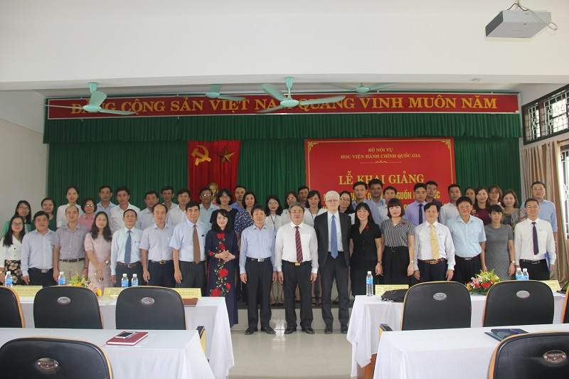 Lãnh đạo Bộ Nội vụ, Lãnh đạo Học viện Hành chính Quốc gia, giảng viên, cán bộ và các học viên chụp ảnh lưu niệm
