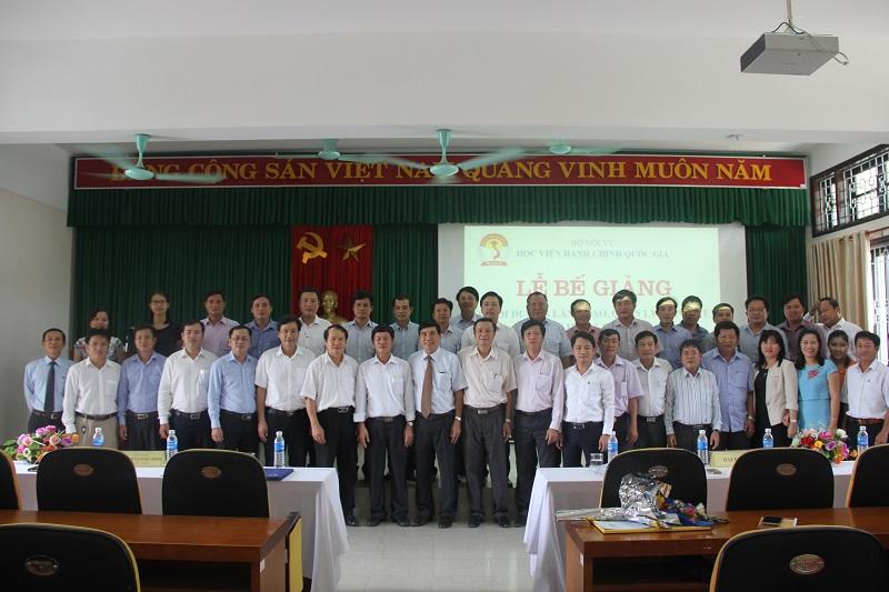 Đại biểu, lãnh đạo và cán bộ Cơ sở Học viện cùng các học viên chụp ảnh lưu niệm