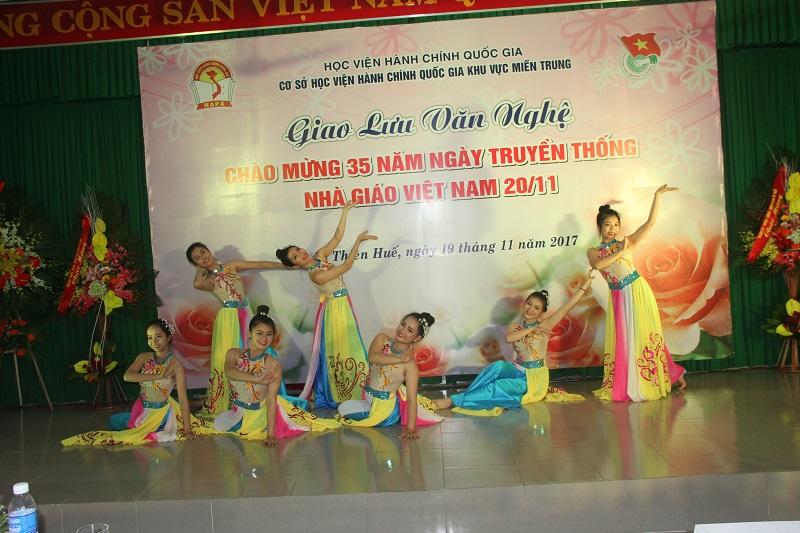 Tiết mục múa của Đoàn thanh niên phường Trường An
