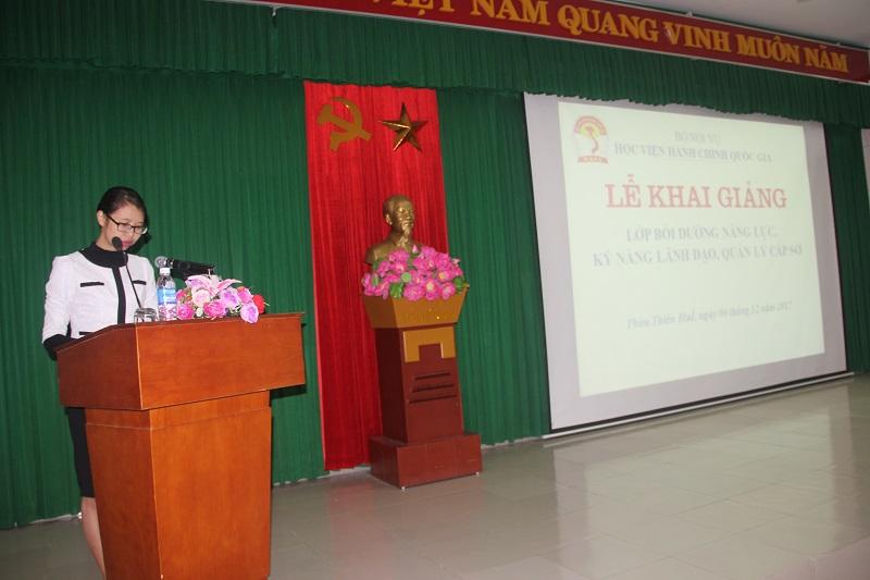 ThS.Mai Thị Phương Dung – Phó trưởng  phòng Bồi dưỡng cán bộ, công chức, viên chức Cơ sở Học viện công bố các Quyết định mở lớp