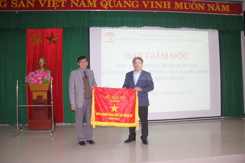 TS. Đặng Xuân Hoan - Giám đốc Học viện trao cờ của Bộ Nội vụ cho Cơ sở Học viện – Đơn vị hoàn thành xuất sắc nhiệm vụ năm 2016
