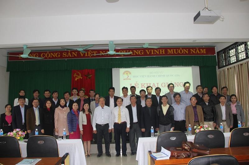 Đại biểu, Lãnh đạo Học viện Hành chính Quốc gia và cán bộ Cơ sở Học viện cùng các học viên chụp ảnh lưu niệm