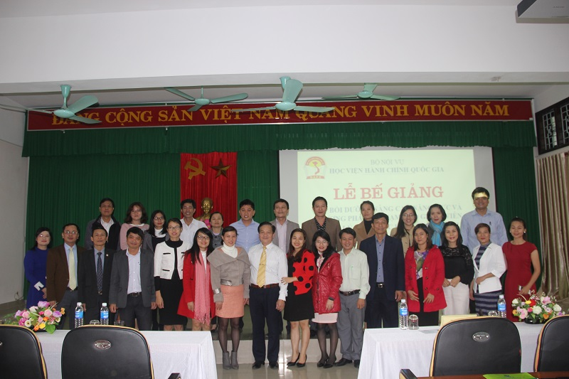 Lãnh đạo Học viện Hành chính Quốc gia và cán bộ Cơ sở Học viện cùng các học viên chụp ảnh lưu niệm