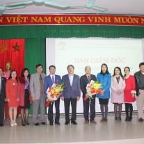 Lãnh đạo Cơ sở Học viện thay mặt toàn thể cán bộ công chức, viên chức người lao động tặng hoa chức mừng các tân Phó Giám đốc Học viện