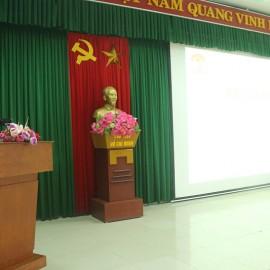 ThS. Phan Huyền Trang đại diện bộ phận quản lý lớp trình bày báo cáo tổng kết lớp học