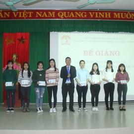 ThS.Lê Văn Mão –  Phó Trưởng Bộ môn Lý luận cơ sở và Quản lý nhà nước Cơ sở Học viện trao chứng chỉ cho các học viên