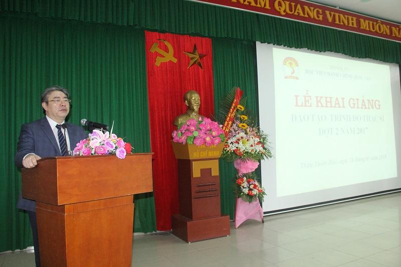 TS. Đặng Xuân Hoan – Bí thư Đảng ủy, Giám đốc Học Viện Hành chính Quốc gia phát biểu khai giảng lớp học