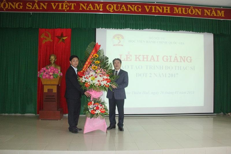 Các tân học viên Cao học lớp HC22.T10 tặng hoa chúc mừng Lễ khai giảng