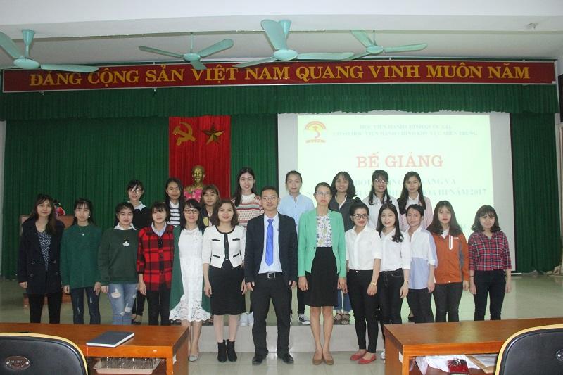 Đại biểu, cán bộ Cơ sở Học viện và các học viên chụp ảnh lưu niệm
