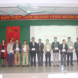 Các học viên nhận chứng chỉ kết thúc khóa học  Các học viên giỏi nhận giấy khen của Giám đốc Học viện Hành chính Quốc gia