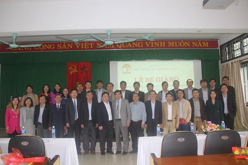 Đại biểu, Lãnh đạo, cán bộ, giảng viên Cơ sở Học viện cùng các học viên chụp ảnh lưu niệm