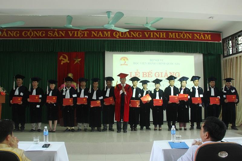 TS. Ngô Văn Trân - Phó Chánh Văn phòng Học viện Hành chính Quốc gia, Thường trực Phân viện Huế trao bằng tốt nghiệp cho các tân cử nhân