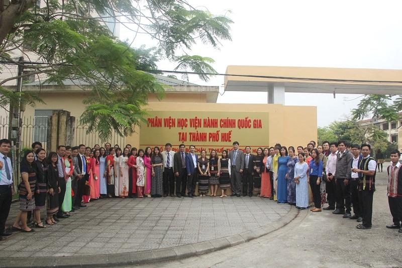 Lãnh đạo Học viện cùng toàn thể cán bộ, công chức, viên chức người lao động và học viên chụp ảnh lưu niệm trước bảng hiệu mới của Phân viện