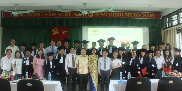 Đại biểu, cán bộ giảng viên Phân viện cùng các tân cử nhân chụp ảnh lưu niệm