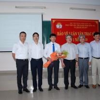 Hội đồng chúc mừng các học viên đã bảo vệ thành công luận văn