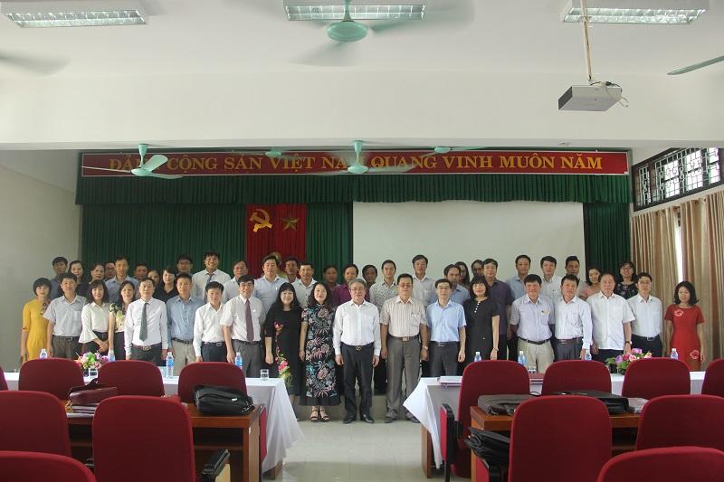 Các thành viên Hội đồng đánh giá luận văn và các học viên chụp ảnh lưu niệm