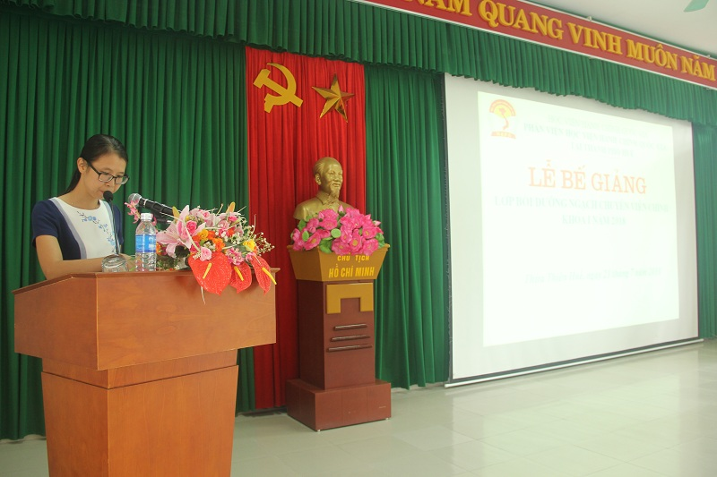 ThS.Mai Thị Phương Dung – Phó Trưởng phòng Quản lý đào tạo, bồi dưỡng Phân viện Huế công bố các quyết định cấp chứng chỉ, khen thưởng