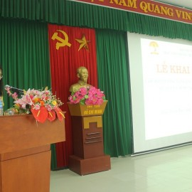 ThS.Mai Thị Phương Dung – Phó Trưởng phòng Quản lý đào tạo, bồi dưỡng Phân viện Huế công bố các Quyết định mở lớp