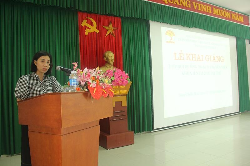 ThS. Trịnh Thị Phúc, Phó Trưởng phòng Tổ chức – Hành chính Phân viện Huế công bố các quyết định mở lớp